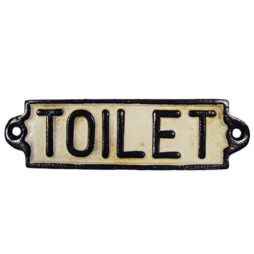 Skylt i bemålat gjutjärn med texten Toilet. Mått: 17,5x5 cm.