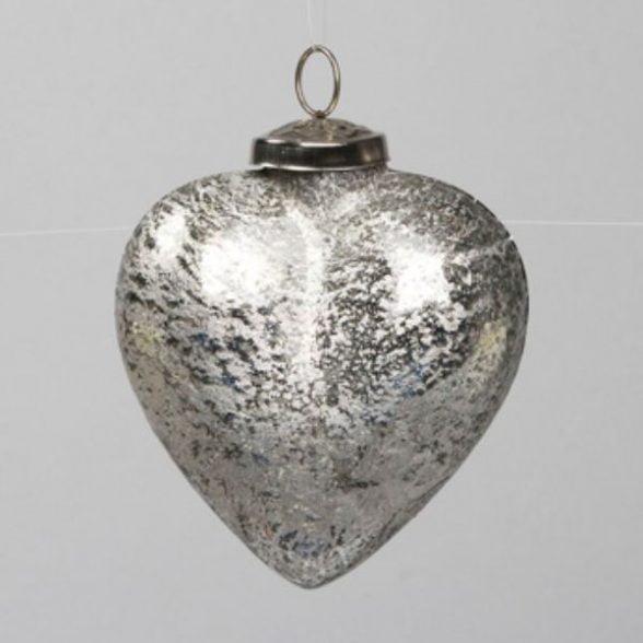 Hjärtformad julkula i silverfärgat glas med krackelerad finish. Mått 12 cm.