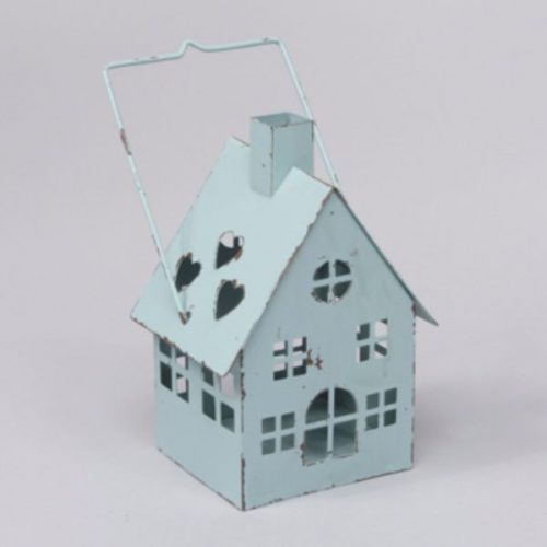 Ljuslykta för värmeljus i form av ett hus i blåmålad metall. Mått 8,5x8x15 cm (lxdxh, höjd till skorsten. Höjd till handtag 19 cm).