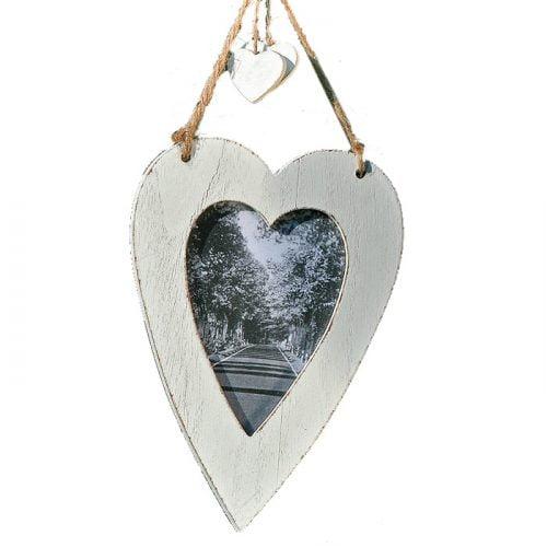 Hjärtformad fotoram i trä. Ramen har ett snöre för upphängning. Mått 22x15x1 cm (hxbxd), bildyta 13x9 cm.