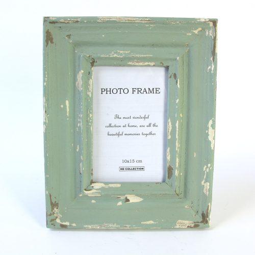 Fotoram i trä i en blå-grön nyans med antik finish.Bildmått 9x14 cm, mått inklusive ram 20,5x25,5 cm.
