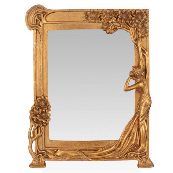 En underbar spegel i Art Nouveau stil. Spegeln är tillverkad av förgylld polyresin och har måtten 26,5x34,5 cm.