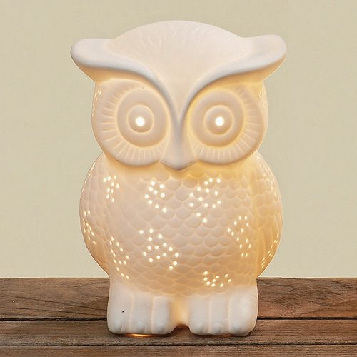 Charmig bordslampa i vitt porslin utformad som en uggla, fin till barnrummet.Höjd 20 cm.