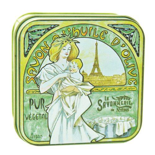 Fransk tvål meden behaglig doft av mandelblom. Tvålen kommer förpackad i en vacker plåtask prydd med en illustration av konstnären Nyonsais Luc Mazan.