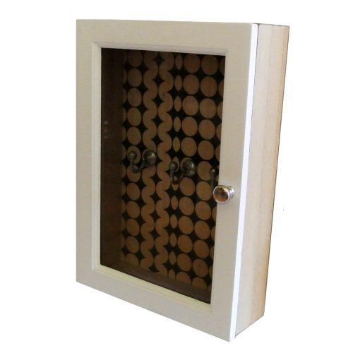 Vitt nyckelskåp med glasdörr och mönstrad bakgrund, mått 18x7,5x26 cm.