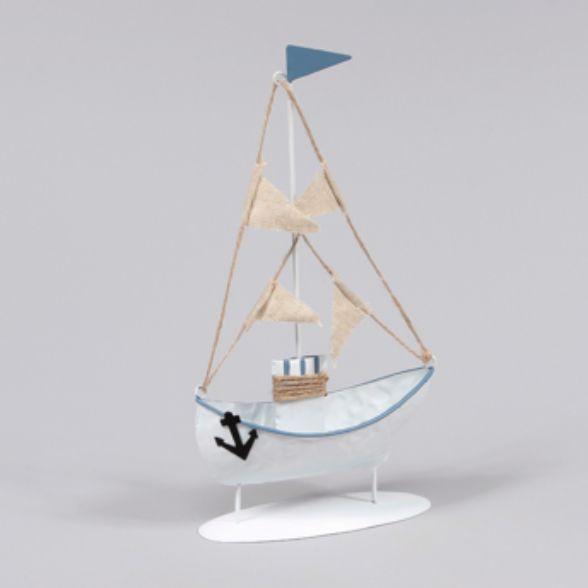 Dekorativ båt i metall med vimplar i textil, mått 12x23 cm (lxh).