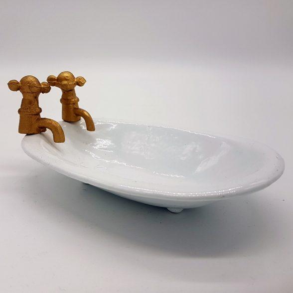 Tvålkopp i form av ett badkar i bemålat gjutjärn. Mått 15,5x10x6,5 cm.