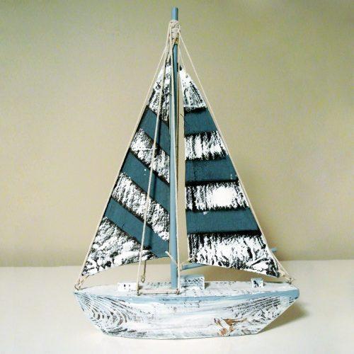 Dekorativ segelbåt i trä med segel i textil, mått 38,5x25,5x6,5 cm (hxlxb).