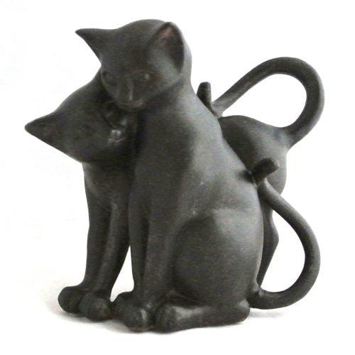 Kelande katter i polyresin för dekoration. Mått 20x10x17 cm (lxbxh).