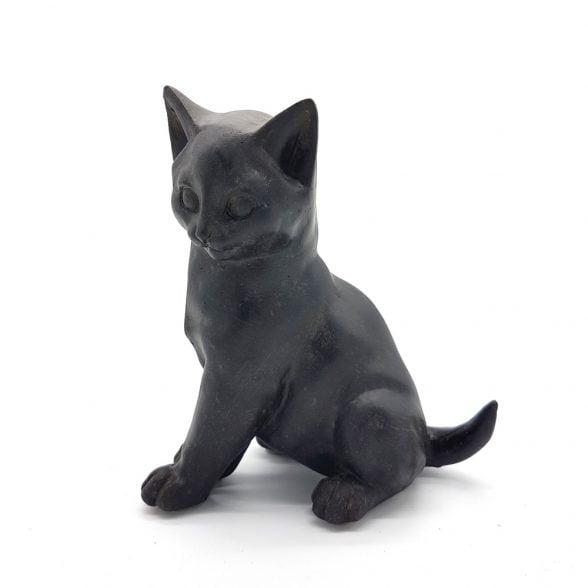 Söt kattunge i polyresin för dekoration. Mått 13x7x12 cm (hxbxl).