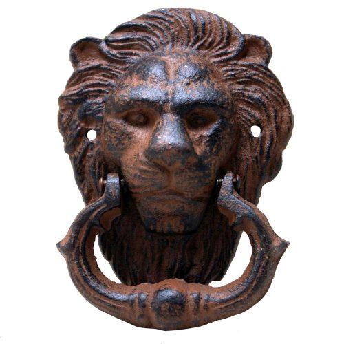 Dörrkläpp i robust gjutjärn i form av ett lejonhuvud. Mått 11x14 cm.