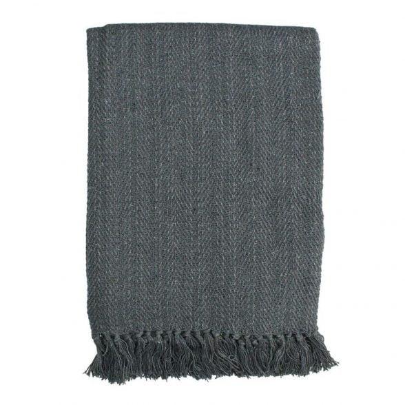 Mysig pläd i en vacker grå färg, tillverkad i 100%återvunnen bomull. Mått 130x170 cm.