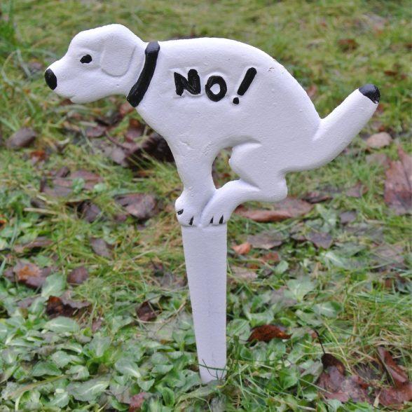 Trädgårdsskylt i gjutjärn som talar om att hundar inte får rastas där. Mått29x20 cm.