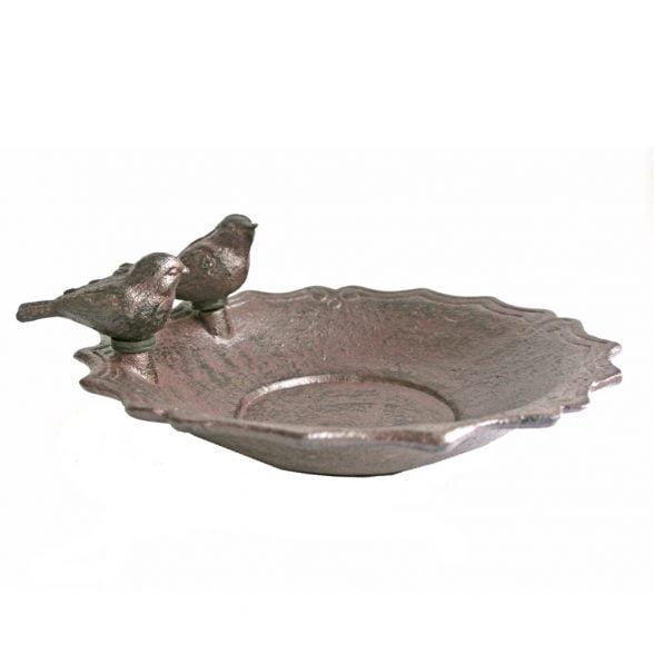 Sött fågelbad i gjutjärn med två fåglar på kanten. Diameter 19 cm.