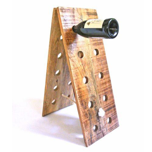 Vinställ i trä med plats för 16 flaskor. Höjd 66 cm, bredd 26 cm.