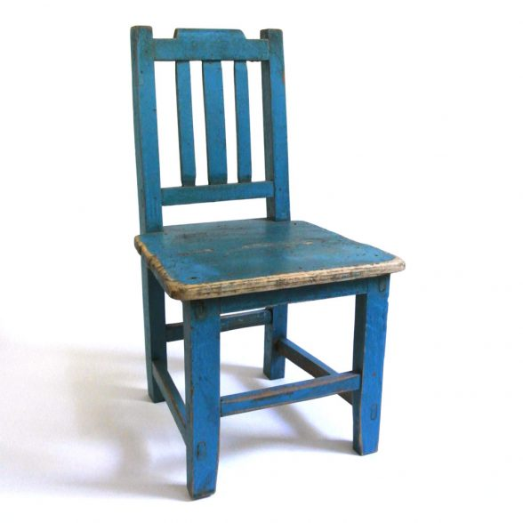 Fin barnstol vintage som även kan användas som t ex blomstol eller sängbord. Mått 32x30x57,5 cm (lxbxh), sitthöjd 29 cm.