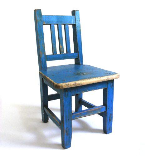 Fin barnstol vintage som även kan användas som t ex blomstol eller sängbord. Mått 32x29,5x56,5 cm (lxbxh), sitthöjd 29 cm.