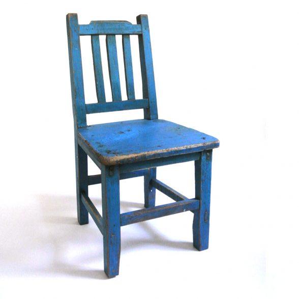 Fin barnstol vintage som även kan användas som t ex blomstol eller sängbord. Mått 30,5x30x58,5cm (lxbxh), sitthöjd 29,5 cm.