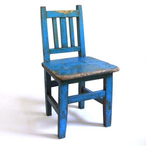 Fin barnstol vintage som även kan användas som t ex blomstol eller sängbord. Mått 31x29x56 cm (lxbxh), sitthöjd 29,5 cm.
