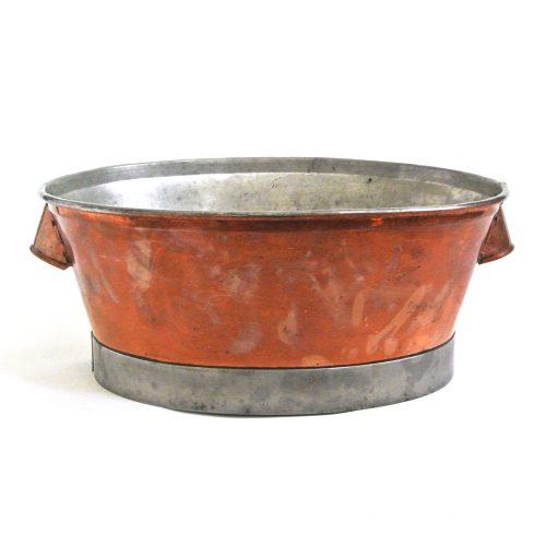 Kopparbalja med fotring i stål. Tillverkad under 1800-talets slut i Sverige. Mått 40x33x17 cm (lxblh).