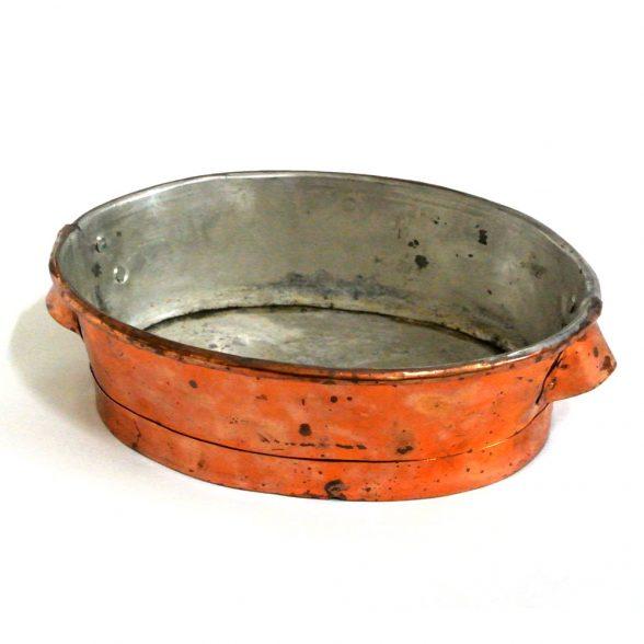 Vacker kopparkruka, tillverkad under 1900-talets början i Sverige. Mått 24x18x7,5 cm (lxblh).
