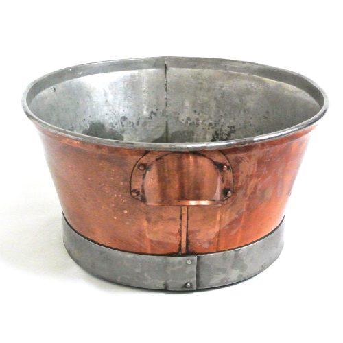 Balja i koppar med fotring i stål. Tillverkad under 1800-talets slut i Sverige. Mått 40x33x17 cm (lxblh).