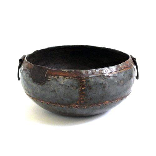 Kittel i återvunnen metall, perfekt för ved, tidningar eller plantering. Vi har flera i lager och viss variation i utseendet förekommer då alla är unika. Höjd 18 cm, diameter öppning31 cm.