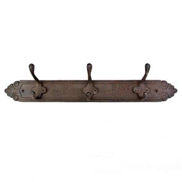 Vacker hängare i gjutjärn med tre dubbelkrokar, längd 43 cm.