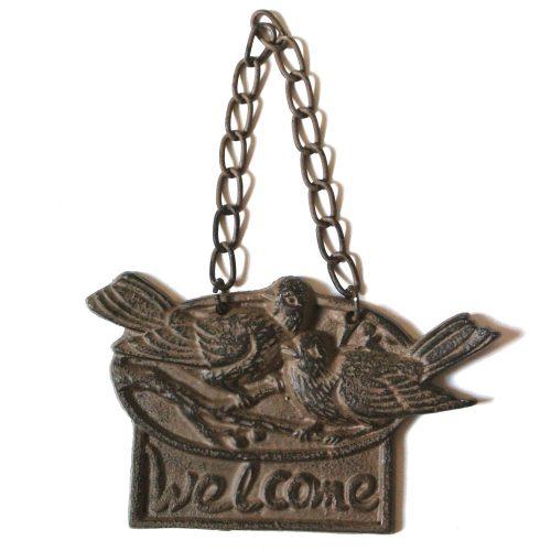 Skylt i gjutjärn med dekor av fåglar och texten Welcome. Mått 16,5x10,5x1 cm (måtten avser skylten exklusive kedja).