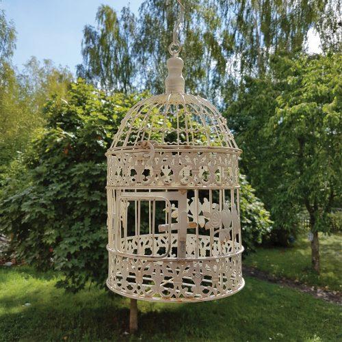 Rund fågelbur i gräddvit metall för dekoration. Fin till krukväxt, ljusslinga eller dekorativ som den är. Kan placeras ståendes eller hängas i kroken. Diameter 19 cm, höjd 32 cm.