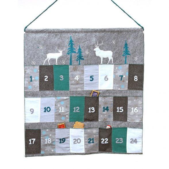 Adventskalender i textil med 24 små fickor. Mått 60x65 cm.