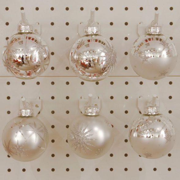 Julkulor i silverfärgat glas med dekor, set om 12 st. Diameter 7,5 cm.