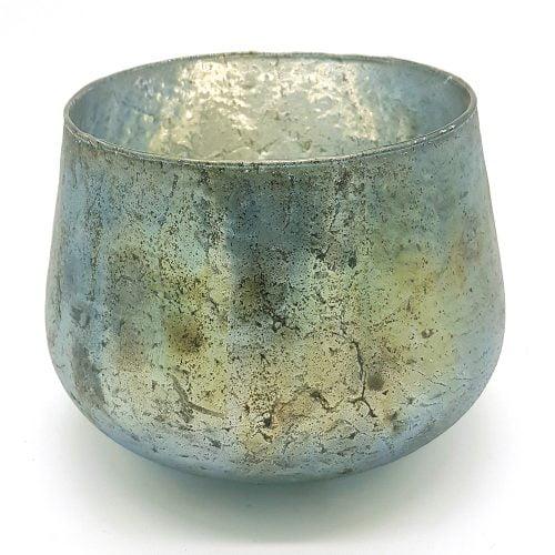 Pampig ljuslykta i glas i blå-grå-gröna toner. Glasets foliering skapar ett vackert ljussken i rummet. Ett stort blockljus passar i denna lykta. Diameter 19 cm, höjd 16 cm.