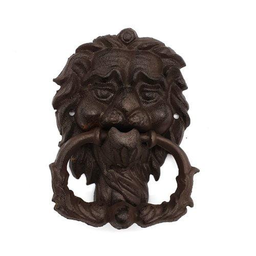 Dörrkläpp i gjutjärn med dekor av lejon. Mått 17x12,5 cm.