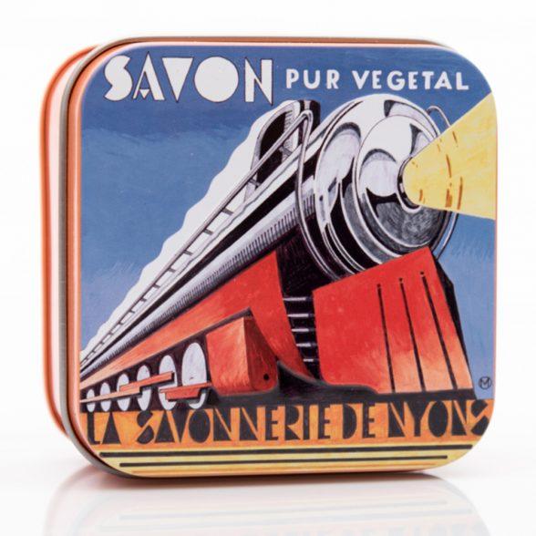Fransk tvål meden fräsch citrusdoft av verbena. Tvålen kommer förpackad i en vacker plåtask prydd med en illustration av konstnären Nyonsais Luc Mazan. Vikt tvål: 100 gram