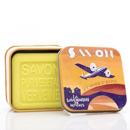 Fransk tvål med doft av verbena. Innehåller mjukgörande sheasmör och ekologisk olivolja. Vacker plåtask.