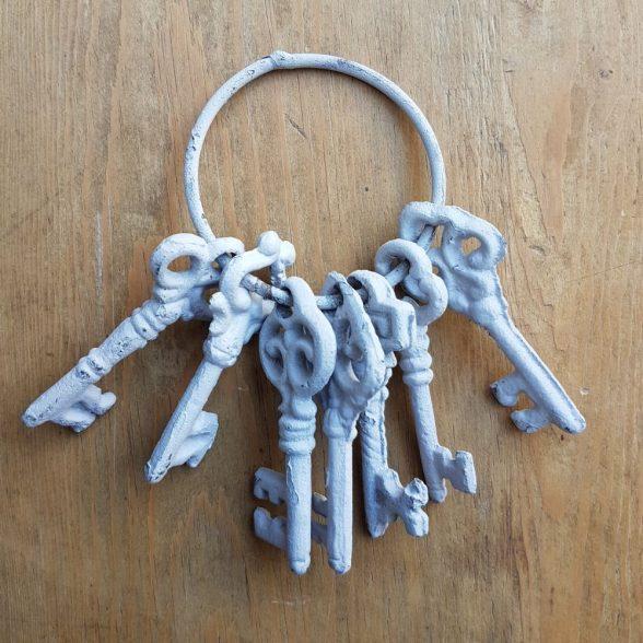Dekorativ nyckelknippamed 7 st nycklar i bemålat gjutjärn. Längd 12 cm.