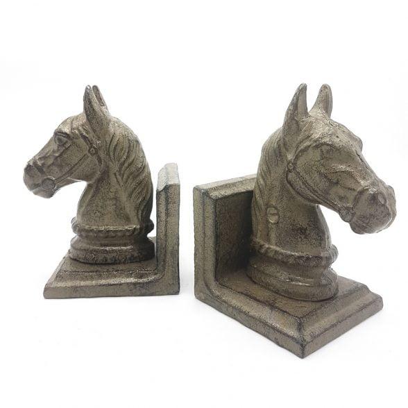 Bokstöd i gjutjärn med dekor av hästar, 1 par. Mått 11x8x13,5 cm (lxbxh).