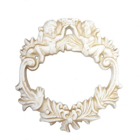 Dekorativ krans i bemålat gjutjärn med dekor av änglar. Mått 17x18x1,5 cm (lxhxd).