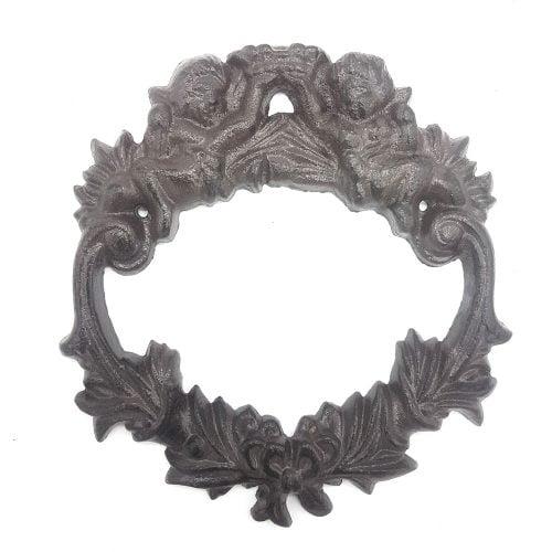 Dekorativ krans i gjutjärn med dekor av änglar. Mått 17x18x1,5 cm (lxhxd).