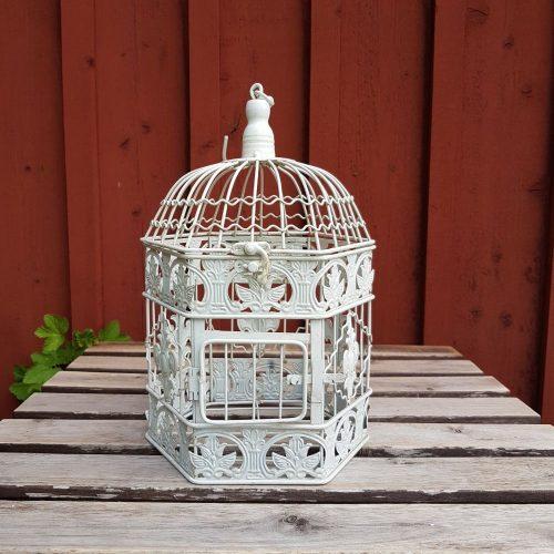 6-kantig fågelbur i gräddvit metall för dekoration. Fin till krukväxt, ljusslinga eller dekorativ som den är.