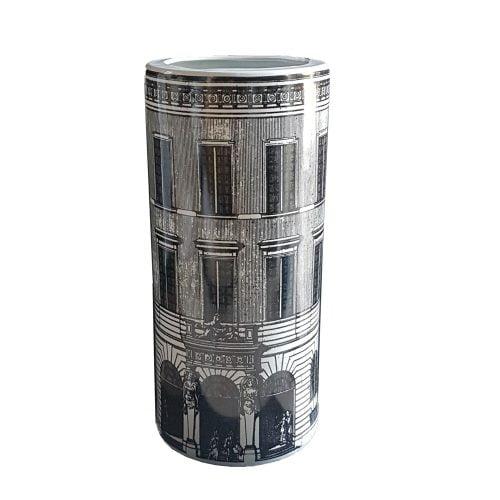Fornasetti inspirerat paraplyställ alternativt golvvas i keramik. Höjd 46 cm, diameter 21 cm.