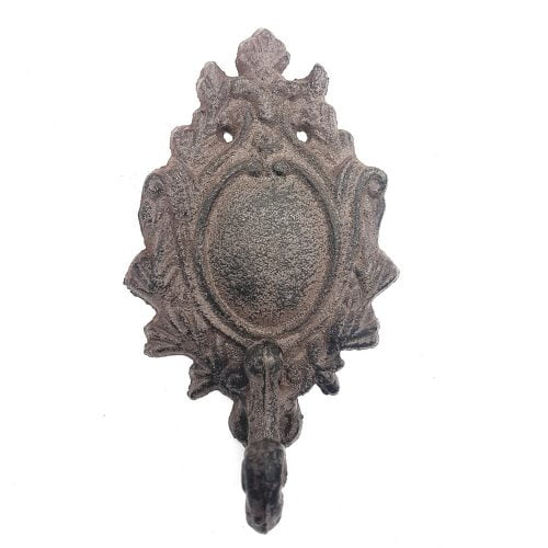 Väggkrok i gjutjärn med klassisk medaljongdekor, mått 14x8x5 cm (hxbxd).