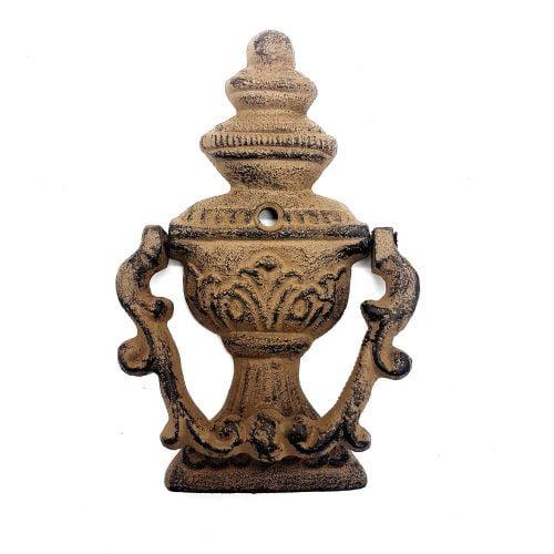 Dörrkläpp i gjutjärn med dekor av en klassisk urna. Mått 15x9,5 cm (hxb).