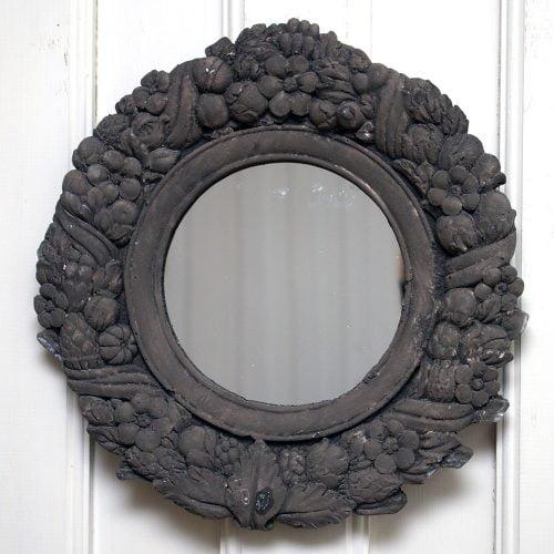 Spegel tillverkad av polystone vilket är ett material som ser ut som betong. Diameter 32 cm, djup 3,5 cm.