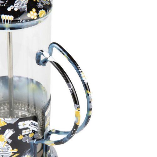 Presskanna med Muminmotivet Too-Tickis jul. Kannan rymmer 3,5 dl och är tillverkad i glas, stål och pp-plast. Mått 13x19x9 cm. Handdisk rekommenderas.