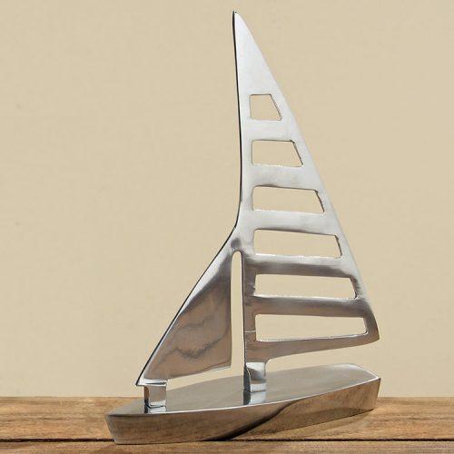 Dekorativ segelbåt i aluminium. Höjd 22 cm.