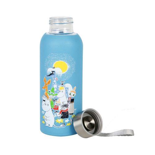 Glasflaska med silikonskydd och Muminmotivet Sommardag. Flaskan är tillverkad av tåligt borosilikatglas och är försedd med en praktisk skruvkork med ögla. Kan användas för både kalla och varma drycker. Handdisk rekommenderas. Flaskan rymmer 45 cl. Höjd 18,5 cm, diameter 6,5 cm.