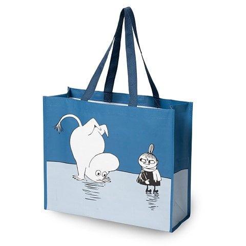 Praktisk shoppingkasse med fint Muminmotiv, perfekt till storhandling, tvättpåse, stranden, båten, källsortering, gåvokasse etc. Mått 41x35 cm. Material Polypropen.