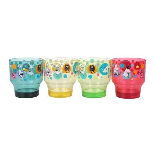 Fyra glas dekorerade med fint muminmotiv, perfekt till kalaset. Glasen rymmer 3 dl. Tillverkade i genomskinlig och hållbar SAN-plast. Handdisk rekommenderas.
